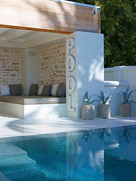 local technique et pool house vente autour de la piscine. Black Bedroom Furniture Sets. Home Design Ideas